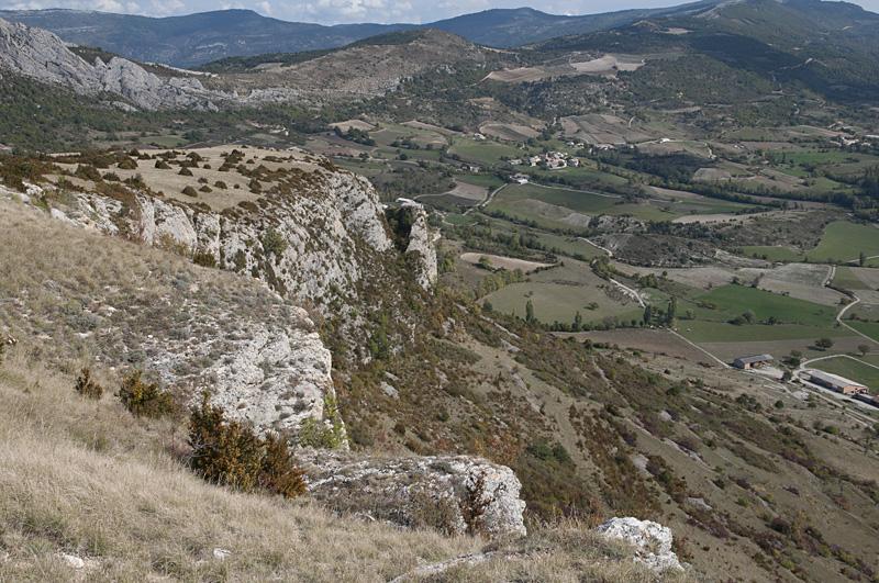Vue sur le plateau composant le sommet du rocher de Mévouillon